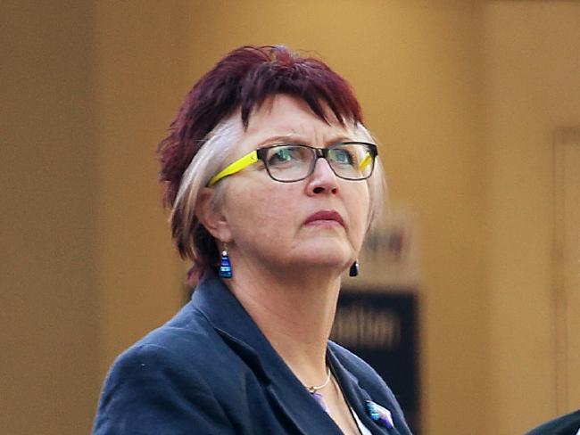 ผู้พิพากษาหญิง Vivien Swain จำต้องดูหลักฐานภาพถ่ายและวีดีโอลามกอนาจารเด็ก : ภาพชั่วคราวจากนสพ. The Telegraph