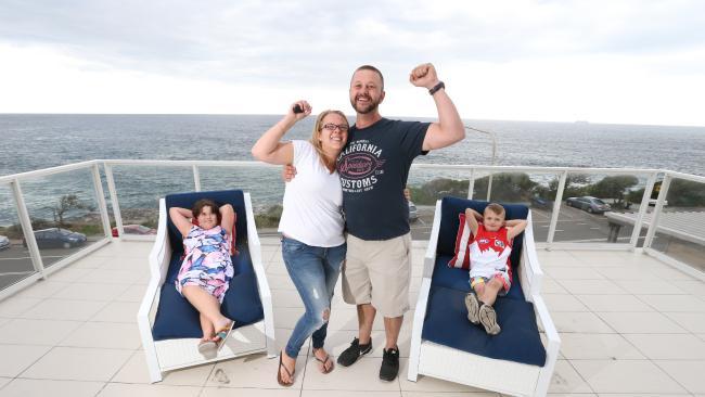 นาย James Burry ภรรยาและบุตรที่บ้านหลังใหม่ : ภาพจากสำนักข่าว News Corp