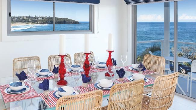 บรรยากาศในห้องอาหารของบ้านที่ Freshwater สามารถเห็นทะเลรอบด้าน : ภาพจากสำนักข่าว News Corp