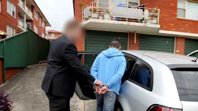 ตำรวจขณะจับกุมนาย NTT นามสมมุติวัย 24 ปีได้ที่ย่าน Hurstville ในนครซิดนีย์ : ภาพจากสำนักงานตำรวจรัฐน.ซ.ว.