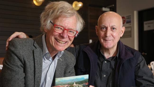 นาย Roberto Giorgio และดร. Chris Reynolds กลับมาพบกันอีกครั้งเพราะโปสการ์ดตาฮิติ 50 ปี : ภาพจากนสพ. The Advertiser
