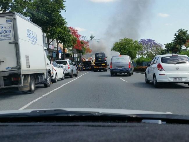ควันไฟจากรถประจำทางสามารถเห็นได้ในระยะไกล : ภาพชั่วคราวจากนสพ. The Courier Mail