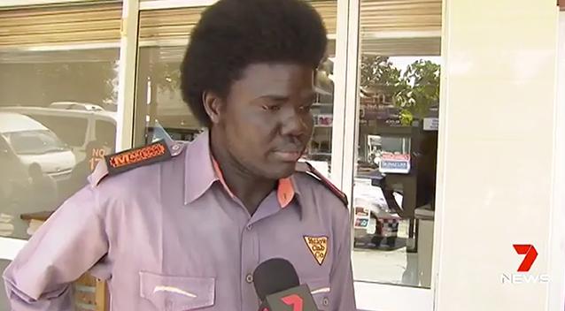 นาย Aguek Nyok ฮีโร่ในเหตุการณ์ หลังจากช่วยผู้โดยสารติดภายในรถประจำทาง 6 คนออกมา : ภาพจากข่าว 7 News