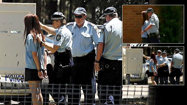 เด็กนักเรียนหญิงวัย 15 ปีถูกตำรวจใส่กุญแจมือพามาขึ้นรถโดยไม่มีผ้าคลุมศีรษะหรือปิดบังกุญแจมือ : ภาพชั่วคราวจากนสพ. The Telegraph