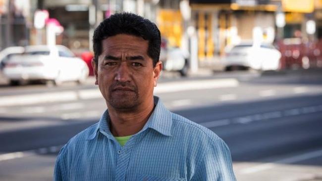 นาย Junior Dean ฮีโร่ผู้ช่วยคนที่ติดอยู่ในธนาคารออกมาสู่ที่ปลอดภัย : ภาพจากนสพ. Canberra Times ไม่ทราบต้นฉบับ