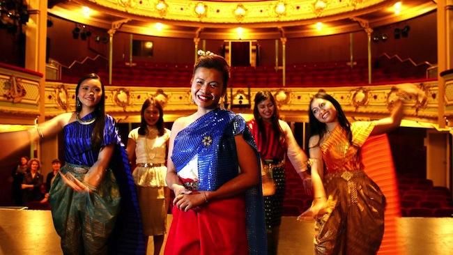 นาง Sommai Kelly (คนกลาง) ขณะซ้อมการแสดง Siam Daughter โดยมอบรายได้ส่วนหนึ่งให้กับสภาโรคมะเร็งแห่งรัฐแทสมาเนีย : ภาพจากสนพ. The Mercury News