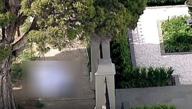 นาย Michael Di Berardino นอนเสียชีวิตที่ฟุตบาท (ถูกทำให้เบลอ) : ภาพจากทีวี 7 News