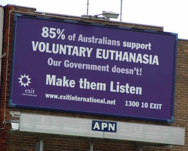 บิลบอร์ดของกลุ่ม Exit International รณรงค์เพื่อการุณยฆาต โดยอ้างว่าชาวออสเตรเลีย 85% สนับสนุนการทำการุณฆาตด้วยใจสมัคร แต่รัฐบาลไม่ จงทำให้พวกเขาได้รับฟัง (เสียงเรียกร้องของเรา)