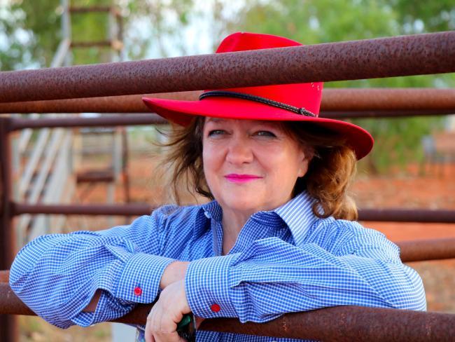 นาง Gina Rinehart คนรวยที่สุดในประเทศกับชุดโคบาล...กระดุมเสื้อแขนยาวของเธอเข้ากับหมวกนะ : ภาพชั่วคราวจากนสพ. The Telegraph