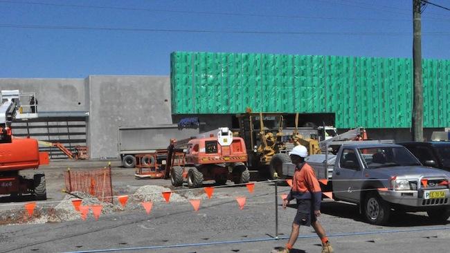 การก่อสร้างห้าง Masters ที่ South Nowra รัฐน.ซ.ว.เป็นอีกแห่งหนึ่งที่อยู่ในระหว่างก่อสร้าง ในขณะที่ห้าง Woolworths ตัดสินใจปิดกิจการห้าง Masters : ภาพจากนสพ. South Coast Register