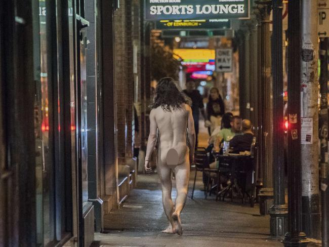 ชายหนุ่มเดินโทงเทงอย่างสบายอารมณ์ขึ้นลงไปตามถนน Sydney Rd. ในนครเมลเบิร์น : ภาพชั่วคราวจากนสพ. Herald Sun