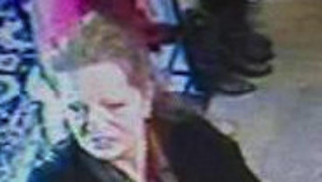 นาง Fiona Carstairs ถูกกล้อง CCTV ภายในร้านค้าจับภาพไว้ได้ขณะเข้ามาขโมยสินค้าแบรนด์แนม : ภาพจากสนพ. The Telegraph ต้นฉบับสำนักงานตำรวจรัฐน.ซ.ว.