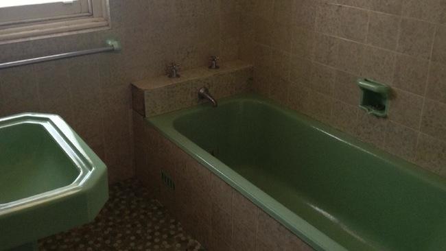 สภาพห้องน้ำของบ้านสองห้องนอนที่ Parkes : ภาพจากนสพ. The Telegraph