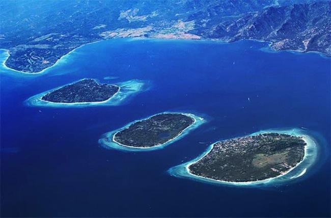 กลุ่มเกาะ Gili ประกอบด้วยเกาะจากซ้ายไปขวา Trawangan, Meno และ Air : ภาพจาก lutwala.com