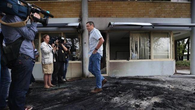 นาย Lyle Shelton ผู้อำนวยการ ACL ขณะตรวจสอบที่เกิดเหตุต่อหน้าผู้สื่อข่าว : ภาพชั่วคราวจาก The Advocate