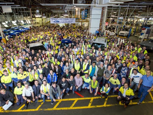 พนักงาน Ford ถ่ายรูปในวันสุดท้ายก่อนปิดตัวที่โรงงานที่ Broadmeadows ในนครเมลเบิร์น : ภาพจากบริษัท Ford Australian