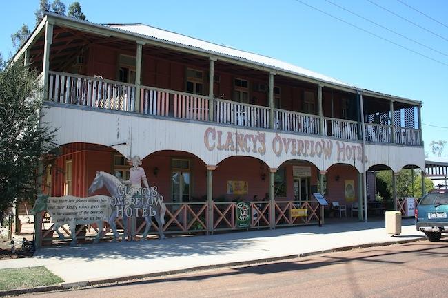 ผับ Clancy's Overflow Hotel ในเมือง Isisford รัฐควีนสแลนด์ : ภาพจาก goodoldchinwagging.com