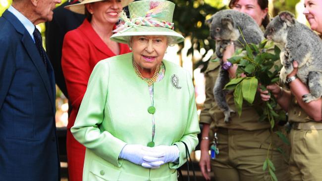 สมเด็จพระราชินีนาถฯขณะเสด็จเยือนออสเตรเลียในปี 2011 : ภาพจากนสพ. The Australian