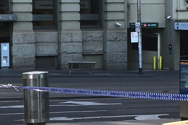 มีผู้แจ้งเหตุพบกระเป๋าต้องสงสัย ถูกวางทิ้งไว้ที่ม้านั่งโลหะริมถนน Flinders St. ที่ผู้คนเดินผ่านไปมาพลุกพล่านในชั่วโมงเร่งด่วน : ภาพจากสำนักข่าว ABC