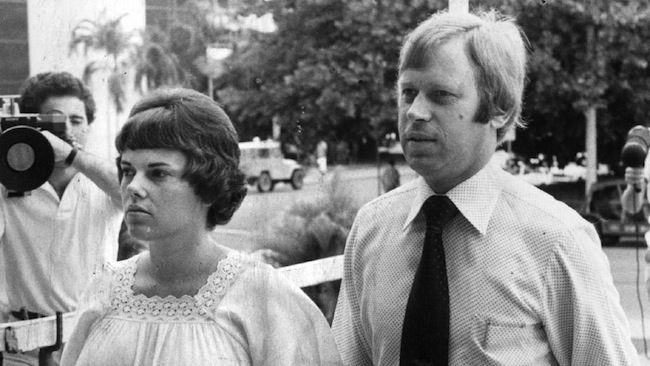 ดร. Michael Chamberlain และนาง Lindy Chamberlain ในช่วงที่ถูกสังคมมองว่าเป็นผู้สังหาร Azaria ตอนเต็มไปด้วยข่าวลือต่าง ๆ นานาถาถมเข้ามา : ภาพจากสำนักข่าว AAP