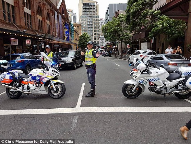 ตำรวจทำการปิดกัน ถนน Campbell St. มองจากหัวมุมถนน George St. : ภาพชั่วคราวจากนสพ. Daily Mail Australia