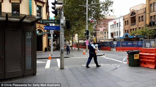 ตำรวจทำการปิดกัน ถนน Campbell St. ตรงหัวมุมถนน George St. โปรดสังเกตจะเห็นป้าย Thai Town : ภาพชั่วคราวจากนสพ. Daily Mail Australia