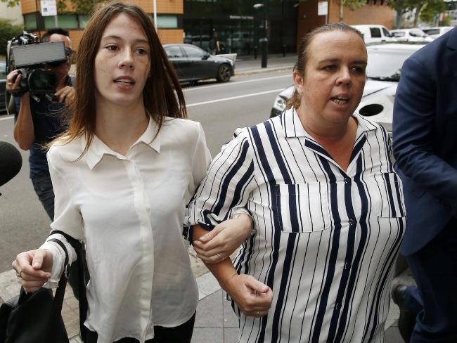 นาง Brendan Burton มารดาและคู่หมั่นสาวของนาย Brendan Burton มาเป็นกำลังใจให้เขาที่ศาลท้องถิ่น Blacktown : ภาพชั่วคราวจากนสพ. The Telegraph