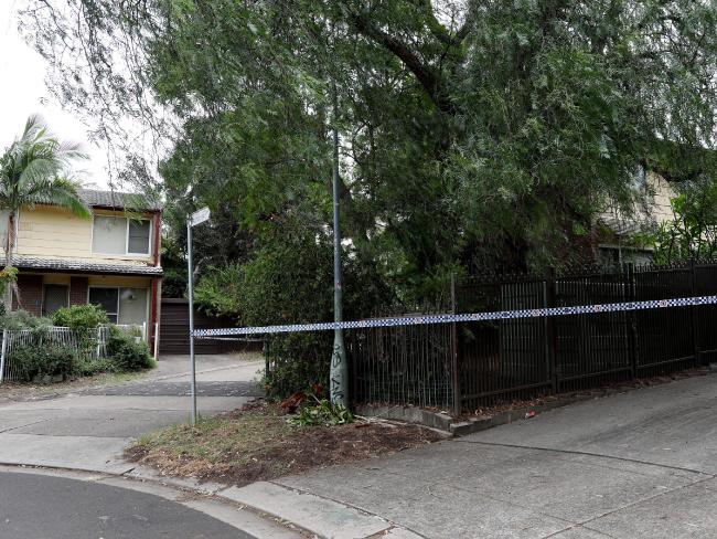 ตำรวจติดเทปกั้นบริเวณบ้านทาวเฮาส์ที่เกิดเหตุเพื่อให้เจ้าหน้าที่พิสูจน์หลักฐานเข้าทำงาน : ภาพชั่วคราวจากนสพ. The Telegraph