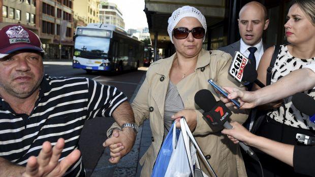 นาง Amirah Droudis ขณะมาปรากฎตัวที่ศาลท้องถิ่นกลาง Downing Central ในเดือนธันวาคมปี 2014 : ภาพจากนสพ. The SMH