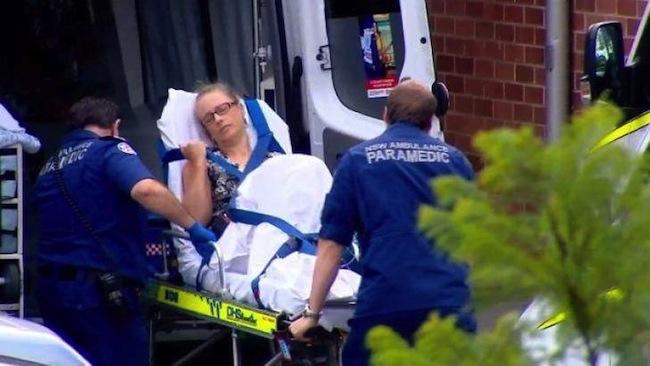 นาง Carolyn Cox ครูสอนวิทยาศาสตร์ขณะถูกเข็นขึ้นรถพยาบาล : ภาพจาก theherald.com.au