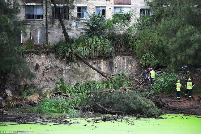 เจ้าหน้าที่บริการเหตุฉุกเฉินมายังอาคารที่พักอาศัยในย่าน Marrickville กำลังอยู่ในสภาพเสี่ยงต่อการพังลงมา หลังจากฝนตกหนัก : ภาพชั่วคราวจากนสพ. The Telegraph