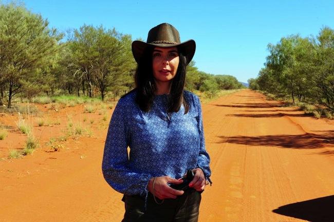 น.ส. Joanne Lees เดินทางกลับมาที่ทางด่วน Stuart Highway นอร์เทิร์นเทร์ริทอรี่สถานที่ที่แฟนหนุ่มของเธอถูกสังหาร : ภาพชั่วคราวจากสำนักข่าว News Corp