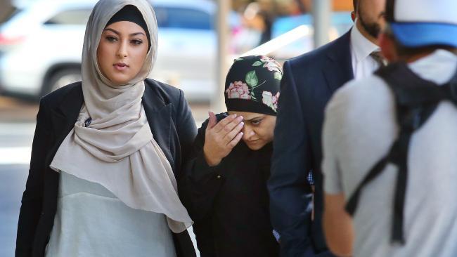 นาง Rebecca Khodragha คนเอามือแตะหน้าผากขณะมาปรากฎตัวที่ศาล Parramatta : ภาพชั่วคราวจากนสพ. Telegraph ต้นฉบับนสพ. Canterbury-Bankstown Express