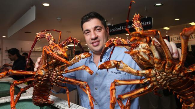 นาย Angelo Vaxevani ผู้จัดการร้าน Nicholas Seafood กับกุ้งล็อบสเตอร์ : ภาพชั่วคราวจากสำนักข่าว News Limited