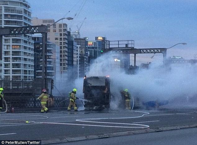เจ้าหน้าที่ดับเพลิงขณะทำการดับไฟไหม้รถประจำทาง : ภาพจากนสพ. The Daily Mail ต้นฉบับทวิตเตอร์ของ นาย Peter Mullen