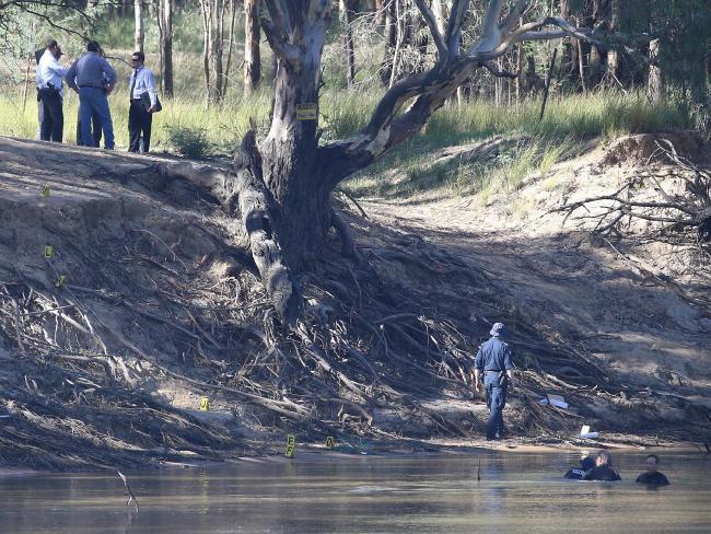 ตำรวจและประดาน้ำกำลังค้นหาร่างของเด็กวัย 5 ขวบ : ภาพจากนสพ. The Telegraph