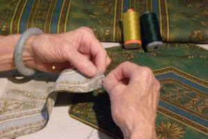 Jinny Beyer sewing border for quilt