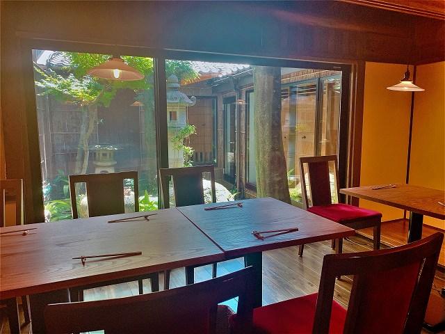 食堂こよりの席と庭