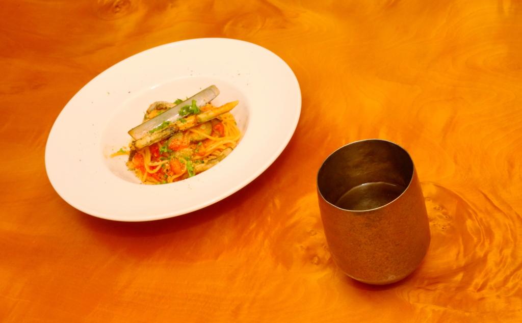 マテ貝のトマトソーススパゲッティと白ワイン