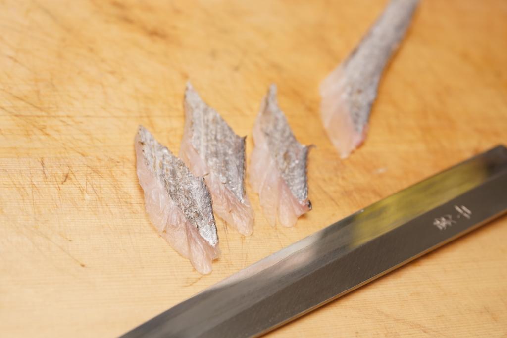 タチウオの「そぎ造り」の切り方