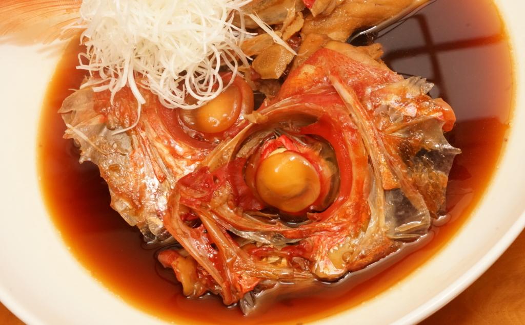 キンメダイのアラ煮と天盛りにした薬味の白髪葱