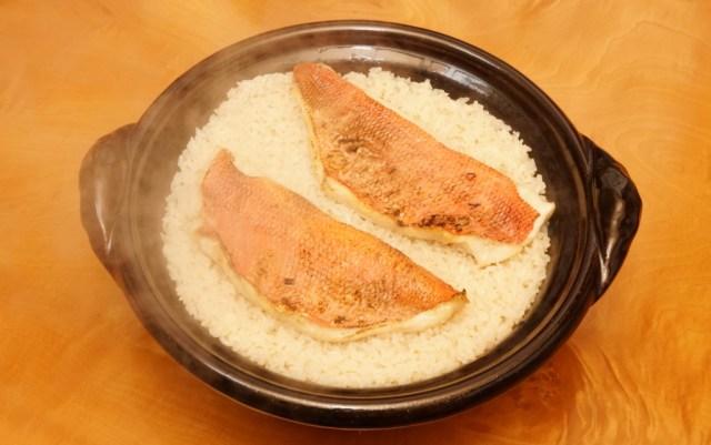 土鍋で炊きたてのキンメダイの炊き込みご飯