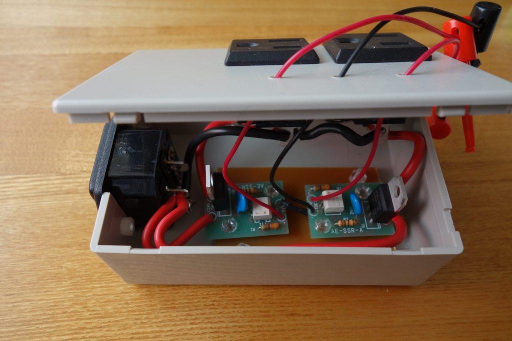 自作のACコンセントの中の回路構成。ラズパイでIO制御可能。