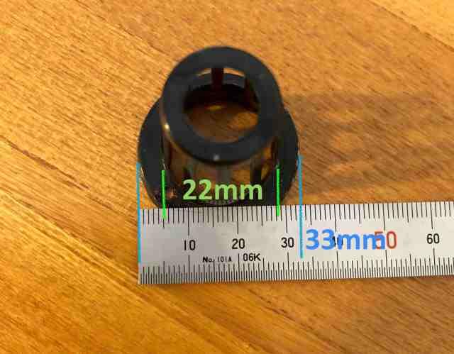 水耕栽培用ポットのサイズを測定している様子