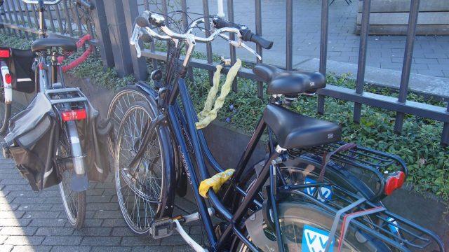 (鎖状の太カギと自転車本体付属のカギの2つを徹底することがお決まりの盗難防止策。)