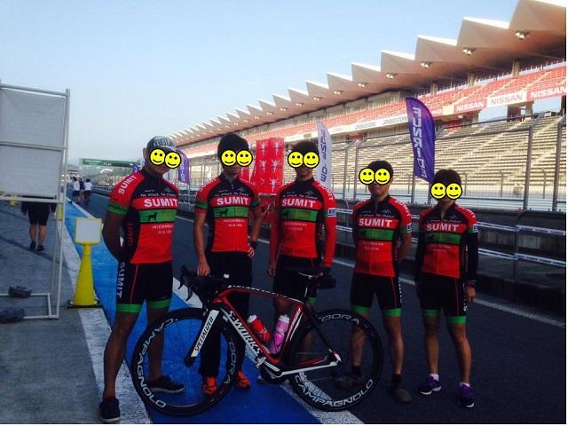 レース前、ジャージ完成後初レースなのでチーム内で一番高価な自転車を前にして記念写真