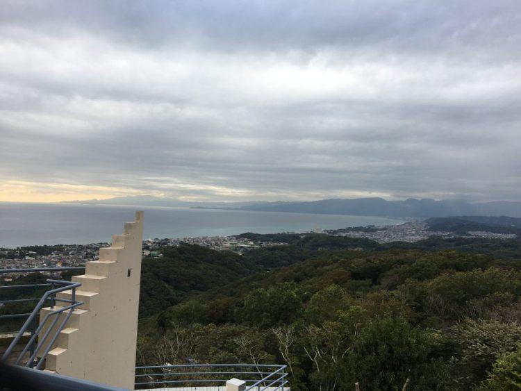湘南平から相模湾を望む 奥に見えるのは真鶴半島です
