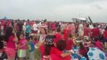 摄于2015年8月——不要以为是泰国还是大马红衫军来袭,新加坡的红衫军集会只有在国庆日的时候才看得到。和几个新加坡朋友一起到滨海堤坝(Marina Barrage)准备欣赏烟火庆贺新加坡的一个里程碑——五十黄金周年。自己制作的风筝却怎样也飞不起来,不过看了闪耀烟火还是很有节日气氛的。SG50真是一个时间上的分水岭,举国欢庆的重要年份啊!