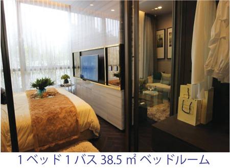 寝室とバスルームの間にウオークスルースタイルで設けられたクロゼットスペース