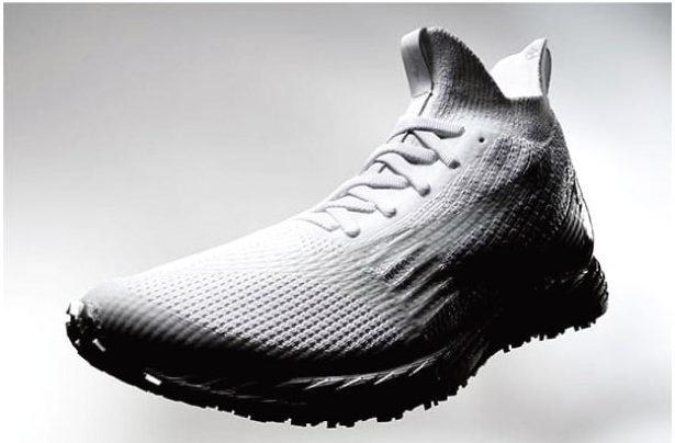 """老舗足袋製造会社のシューズ開発取り上げた2017年のTBSドラマ「陸王」を彷彿とさせる""""足袋ふう""""デザインの白シューズ。その性能には、ミズノは相当な自信を持っている"""
